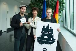 Im Zuge der ONE-Petition zu mehr Rohstofftransparenz überreichten Jan und Anna rund 160 000 Unterschriften an Birgit Grundmann, die Staatsekretärin des Bundesjustizministeriums.
