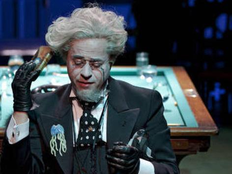 """Ende Mai kehrt Jan ans Schillertheater Berlin zurück, wo er mit seinen Kollegen Klaus Schreiber und Stefan Kurt die Satie-Inszenierung """"Wissen Sie wie man Töne reinigt"""" unter der Regie von Jürgen Flimm zum Besten gibt."""