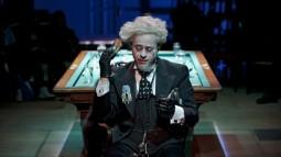 """Ende Mai kehrt Jan ans Schillertheater Berlin zurück, wo er mit seinen Kollegen Klaus Schreiber und Stefan Kurt die Satie-Inszenierung """"Wissen Sie, wie man Töne reinigt"""" unter der Regie von Jürgen Flimm zum Besten gibt."""