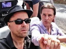"""Im September beginnen die Dreharbeiten zu """"Desaster"""" in St. Tropez, unter anderem mit Stefan Kurt, Anna Loos und Justus von Dohnányi. Für seine Gangsterrolle lässt Jan sich sogar eine Glatze schneiden."""