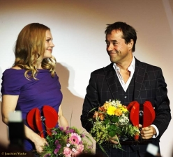 20. Juni: Anna Loos und Jan Josef Liefers erhalten den Preis für Schauspielkunst beim Festival des deutschen Films (Artikel: https://janjosefliefers-fanseite.com/2014/06/24/videobeitrag-zum-preis-fur-schauspielkunst/)