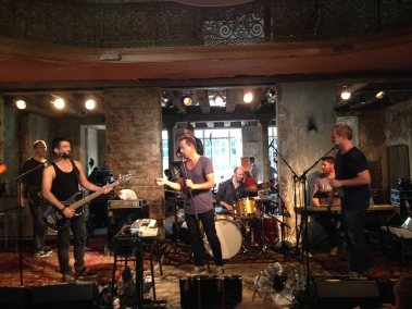 28. Juli: Baggi und Mara_Thoni sind beim DVD Live Recording in Berlin (Bericht: https://janjosefliefers-fanseite.com/2014/07/30/am-ende-wird-alles-gut-untertitel-eingeladen-zum-inoffiziellen-radio-doria-konzert-in-berlin/)