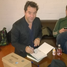 14. Dezember: Jan signiert die Bücher für die Fanseitenverlosung