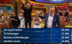 27. Dezember: In Frank Plasbergs furiosem Quiz zum Jahresende geht Jan Josef Liefers einmal mehr als Sieger hervor und gewinnt viel Geld für die NCL-Stiftung (Artikel: https://janjosefliefers-fanseite.com/2014/12/23/zu-gast-im-publikum-bei-2014-das-quiz/)
