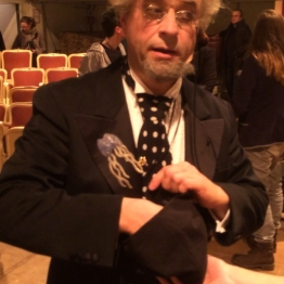 19. Dezember: Und ein paar Tage später spielt er sogar die Glücksfee und zieht uns eine Gewinnerin aus Münster aus dem Hut. Das Video springt auf Platz 1 in den Top Blog-Posts. (Artikel und Video: https://janjosefliefers-fanseite.com/2014/12/20/wir-haben-eine-gewinnerin/ und https://janjosefliefers-fanseite.com/2014/12/22/gut-zu-wissen-wie-man-tone-reinigt/)