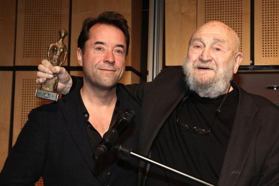 """8. Februar: Jan hält die Laudatio für Rolf Hoppe bei der Verleihung der """"Paula""""."""