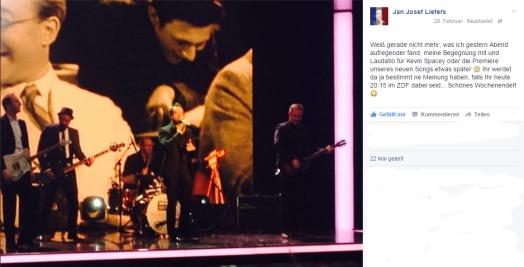 """27. Februar: Bei der goldenen Kamera hält Jan die Laudatio auf Kevin Spacey und präsentiert """"DANKE""""."""