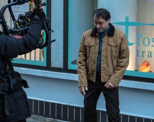 Behind The Scenes. Quelle; https://www.news.ro/cultura-media/interviu-actorul-jan-josef-liefers-nemtii-sunt-destul-de-conservatori-le-place-ca-umorul-sa-fie-ca-pe-vremuri-1922400501002018041018019660
