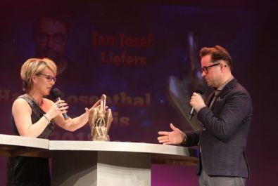 Quelle: https://www.rheinpfalz.de/lokal/artikel/landau-rosenthal-ehrenpreis-an-jan-josef-liefers-verliehen/