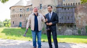 Foto: dpa/Rolf Vennenberd LINK: https://rp-online.de/nrw/staedte/grevenbroich/grevenbroich-tatort-auf-schloss-huelchrath-mit-jan-josef-liefers-und-axel-prahl_aid-51794379