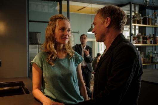 Marie-Luise (Stefanie Stappenbeck) und Kommissar Thorsten Vaasenburg (Rainer Strecker) warten auf Vernau.