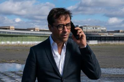 Joachim Vernau (Jan Josef Liefers) spricht mit Hartmann am Telefon.