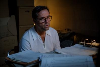 Joachim Vernau (Jan Josef Liefers) sitzt im Büro und überprüft seine Steuerunterlagen.