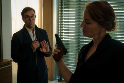 Joachim Vernau (Jan Josef Liefers) sucht und findet Brigitte Marquardt (Carina Wiese) mit einer Waffe in der Hand.